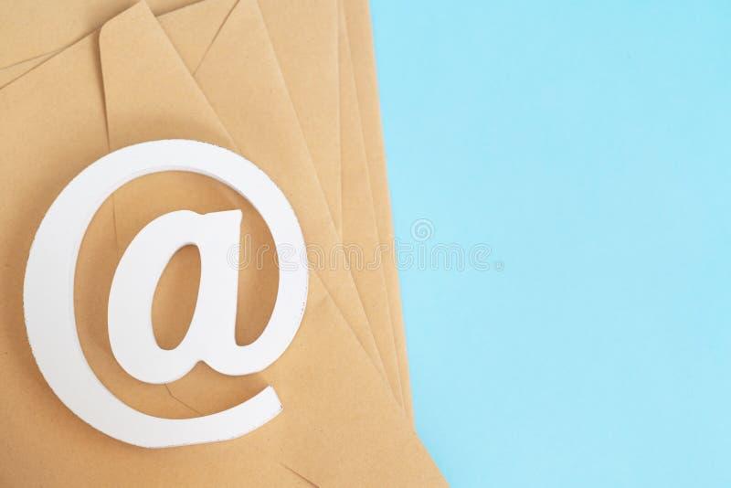 Comcept d'email Contactez-nous pour le retour Envoyez le symbole sur le fond bleu l'enveloppe que brune avec l'email à se connect photos stock