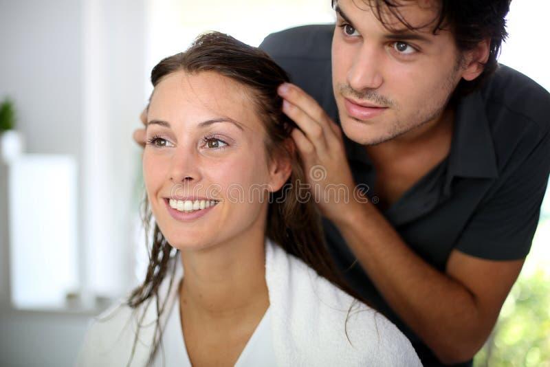 Começ o corte do cabelo imagem de stock