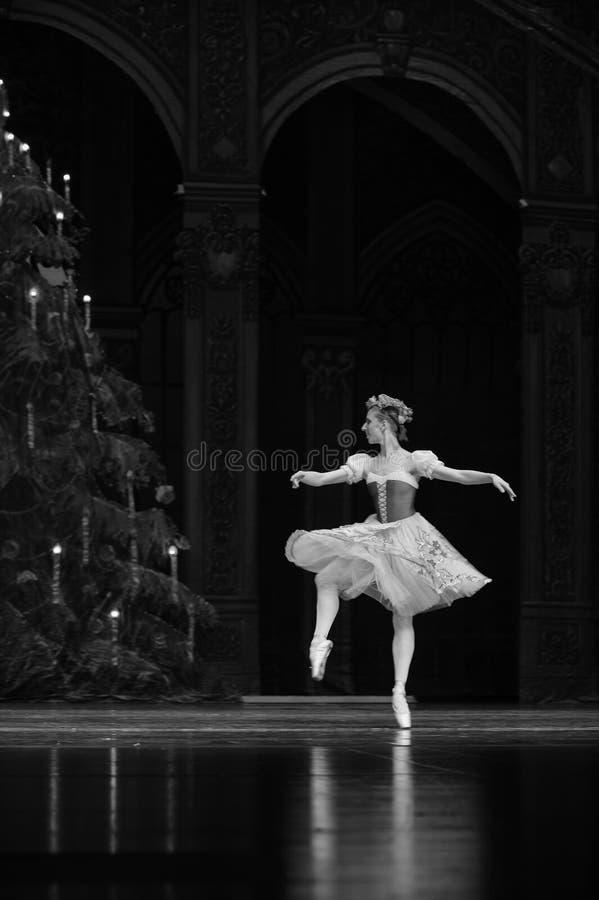 Começa a girar- em segundo a menina tradicional do russo o segundo reino dos doces do campo do ato - a quebra-nozes do bailado foto de stock royalty free