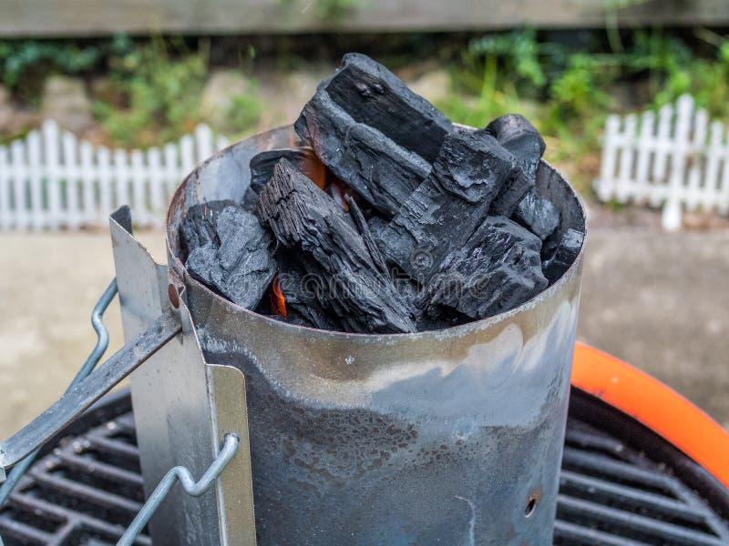 Começando o carvão vegetal para grelhar fotografia de stock