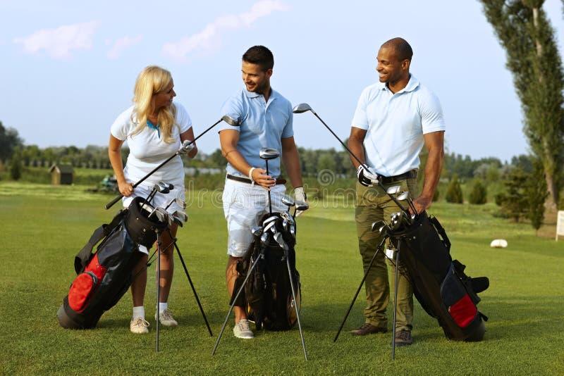 Começando o jogo no campo de golfe imagem de stock royalty free