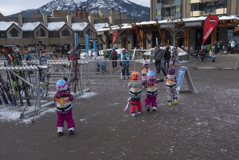 Começar adiantada - esquiadores das jovens crianças na vila do assobiador foto de stock royalty free