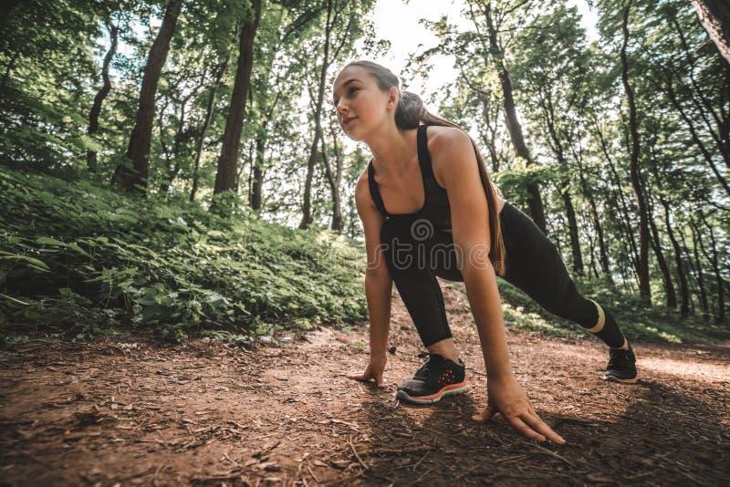 Começar fêmea do atleta do esporte ao ar livre de corrida imagem de stock