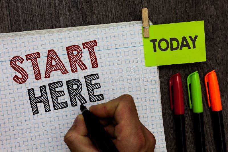Começo conceptual da exibição da escrita da mão aqui O texto da foto do negócio que diz a alguém este está começando o ponto a ir foto de stock