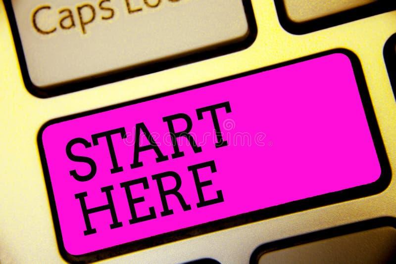 Começo da exibição do sinal do texto aqui A foto conceptual que diz a alguém esta está começando o ponto a ir ao teclado k roxo d foto de stock royalty free