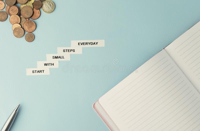 Começo das citações do negócio da motivação com as etapas pequenas diárias branco fotos de stock royalty free
