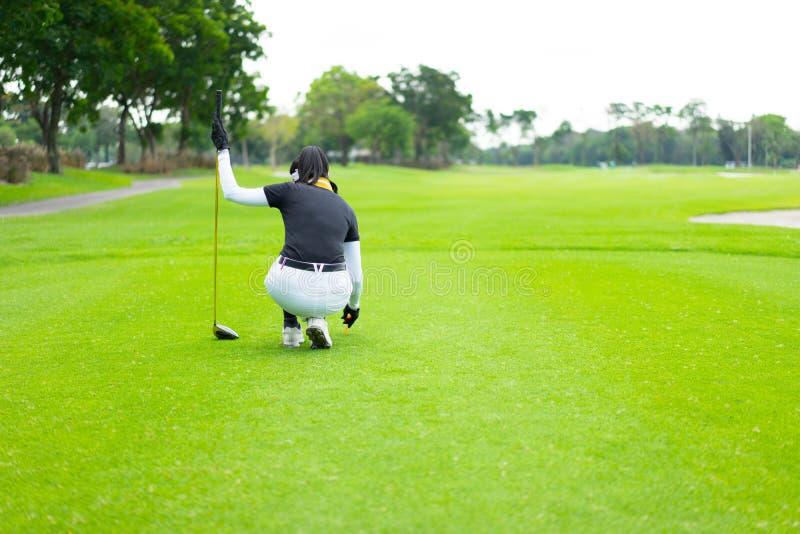 começo de uma vitória golfing de um jogador de golfe feminino imagem de stock royalty free