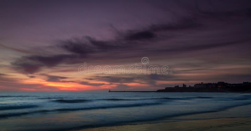 Começo do amanhecer em Tynemouth Longsands fotografia de stock