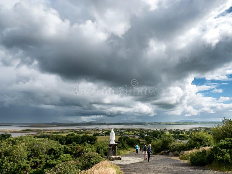 Começo do caminho com a estátua a Croagh Patrick na Irlanda de Westport imagens de stock royalty free