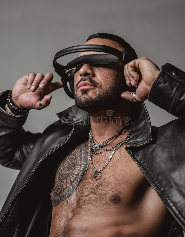 Começo do DJ este partido Homem 'sexy' atlético muscular com fones de ouvido Música de escuta do homem brutal seguro e consideráv imagens de stock royalty free
