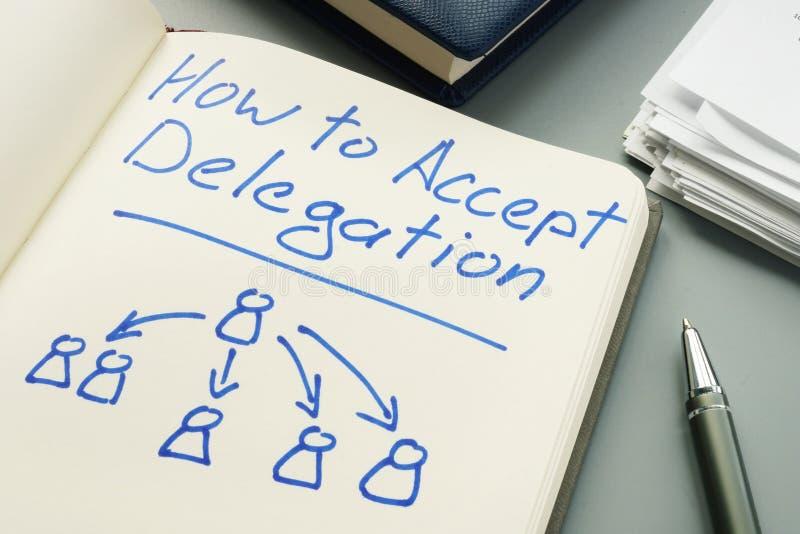 Come accettare delegazione Rilievo e penna di nota immagini stock