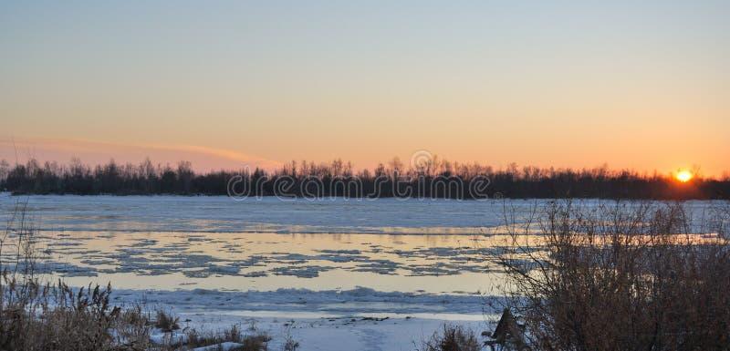 Come?ando o gelo no Rio Irtysh foto de stock