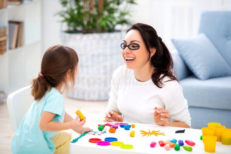 Come conservare vista sana La mamma e la figlia fanno i vetri da plasticine fotografia stock
