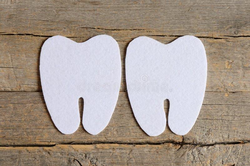 Come cucire un fatato di dente del feltro punto d'istruzione Il taglio ha ritenuto le parti per creare un fatato di dente del fel immagine stock