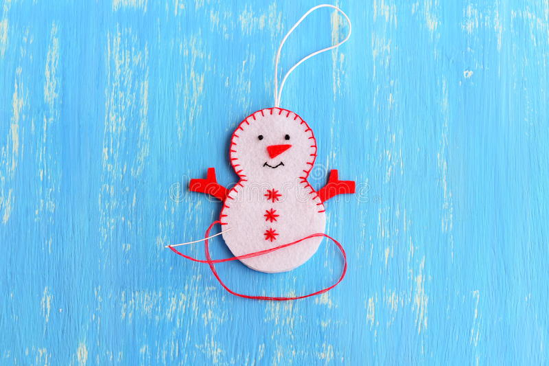 Come cucire un ornamento del pupazzo di neve di Natale punto L'albero di Natale elabora l'istruzione per i bambini fotografia stock