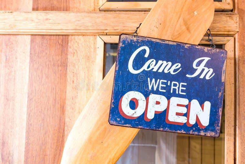 """""""Come dans le coup ouvert de label en métal d'"""" de we're sur une porte en bois à un restaurant Ton de vintage photo libre de droits"""