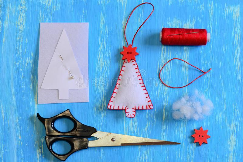 Come fare un insieme dell'albero di Natale del feltro Mestieri dell'albero di Natale del feltro, modello di carta, filo, ago, for immagine stock libera da diritti