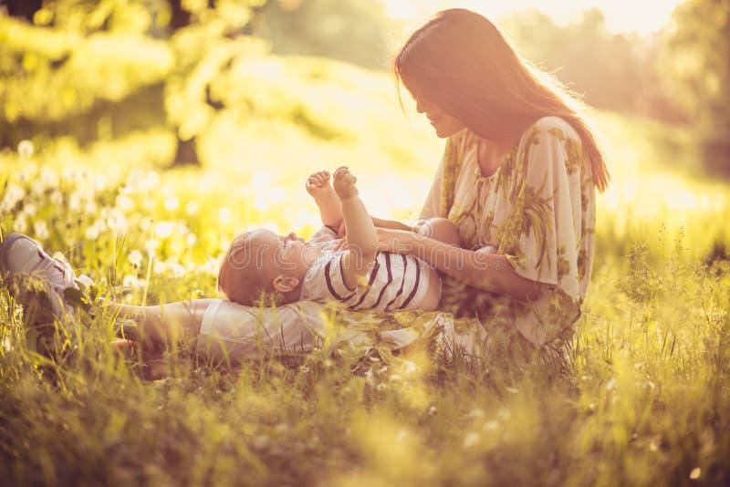 Come il gioco fuori alla stagione primaverile con il mio neonato madre fotografie stock libere da diritti