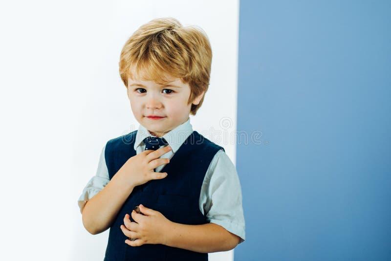 Come insegnare a un ragazzo ad allacciare una cravatta Lezioni di Etiquette Vestiti da lavoro per uomini Modi di collegamento Il  fotografie stock libere da diritti