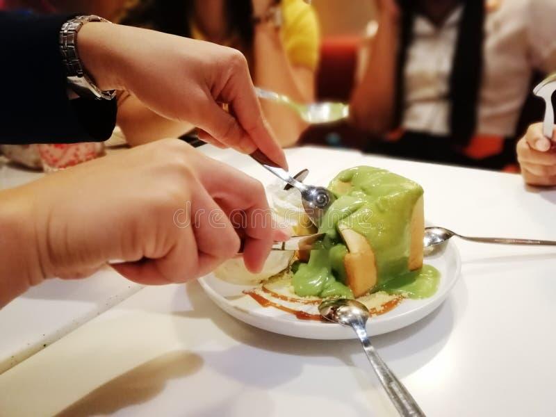 Come mangiare pane con salsa pandan, su un piatto servire con il gelato, dolce e delizioso fotografie stock