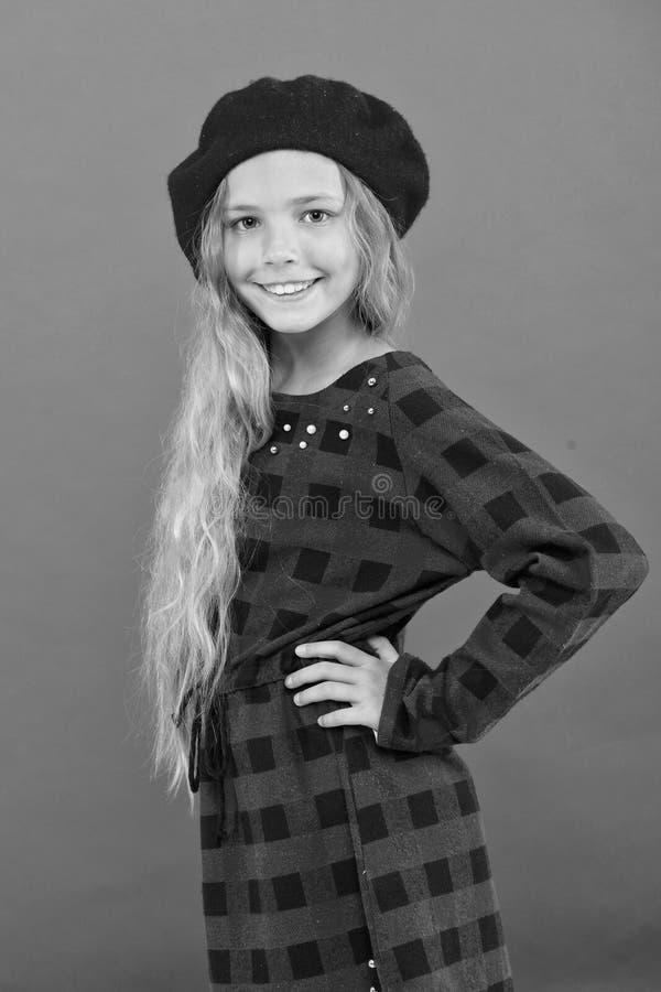 Come portare berretto francese Ispirazione di stile del berretto Come portare berretto come la ragazza di modo Accessorio alla mo fotografia stock