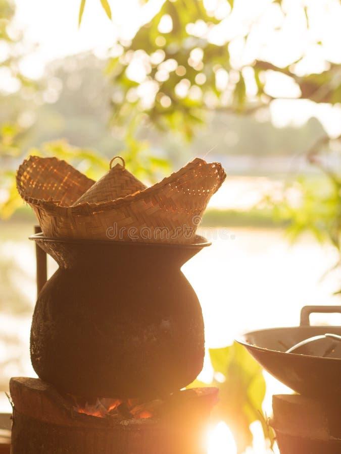 Come produrre riso appiccicoso cucinato cocendo a vapore i metodi di gente tailandese di Isan fotografia stock
