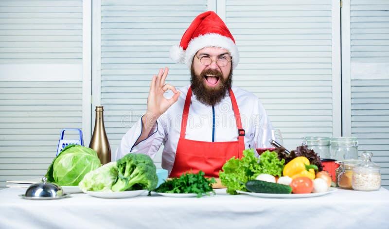 Come rendere la cena di Natale più sana? Responsabilità di cucinare la cena di natale Come godersi i pasti per le vacanze Uomo fotografia stock libera da diritti