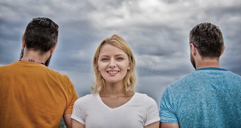 Come selezionare migliore ragazzo Supporto della ragazza negli uomini anonimi della parte anteriore due Pensiero della ragazza ch fotografie stock libere da diritti