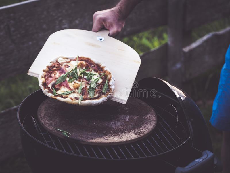 Come usare una buccia della pizza fotografia stock libera da diritti