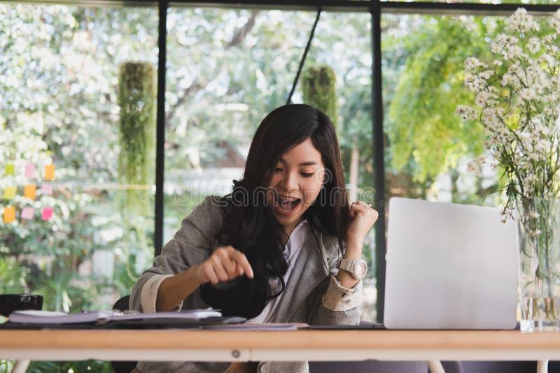 Comece acima a mulher sentir feliz no escritório entrepr fêmea autônomo imagens de stock royalty free