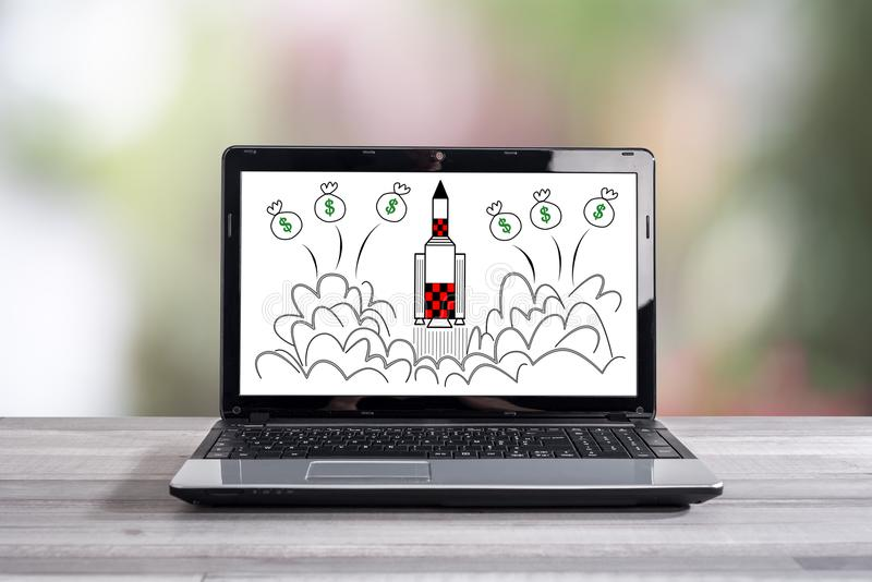 Comece acima o conceito em uma tela do portátil imagem de stock royalty free