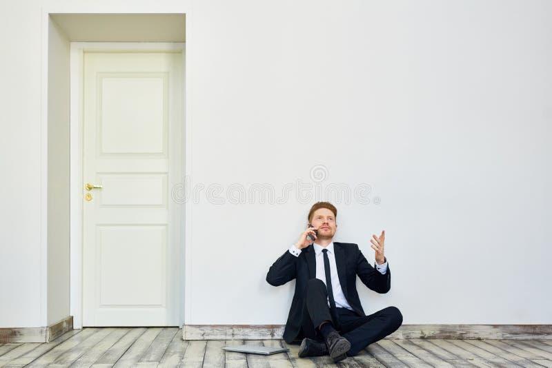 Comece acima o homem de negócios Speaking no telefone imagem de stock royalty free