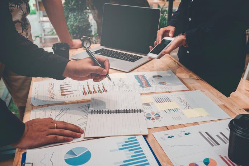 Comece acima a reunião da equipe do negócio trabalhar na identificação nova do projeto de negócio imagens de stock royalty free