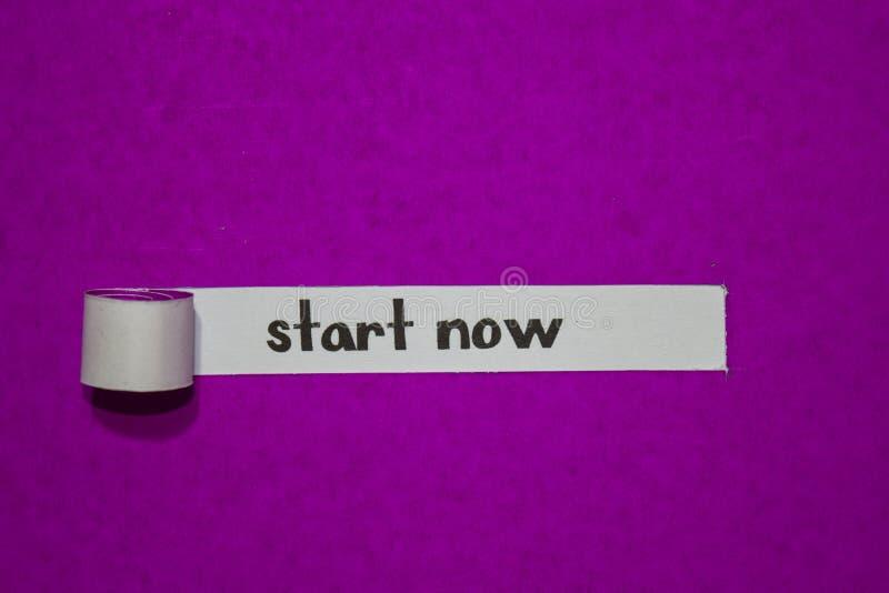 Comece agora, conceito da inspiração, da motivação e do negócio no papel rasgado roxo foto de stock royalty free