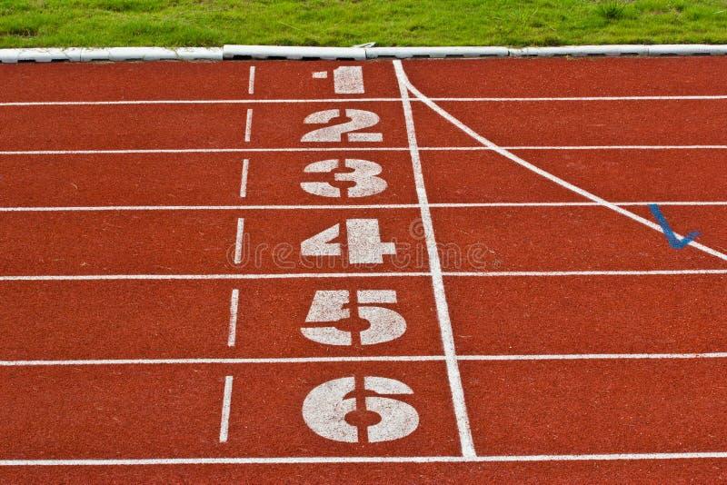 Comece a cor vermelha padrão de borracha da pista de atletismo imagem de stock royalty free