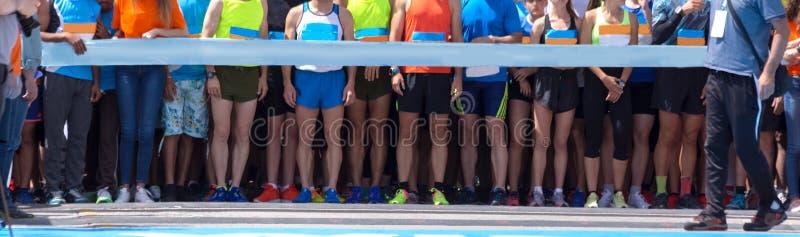Comece lin no fundo dos pés da competição da maratona da estrada fotografia de stock royalty free