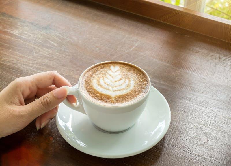 Comece o dia com bom conceito da xícara de café Mão asiática da mulher do negócio da opinião de perspectiva que guarda o copo do  imagem de stock royalty free
