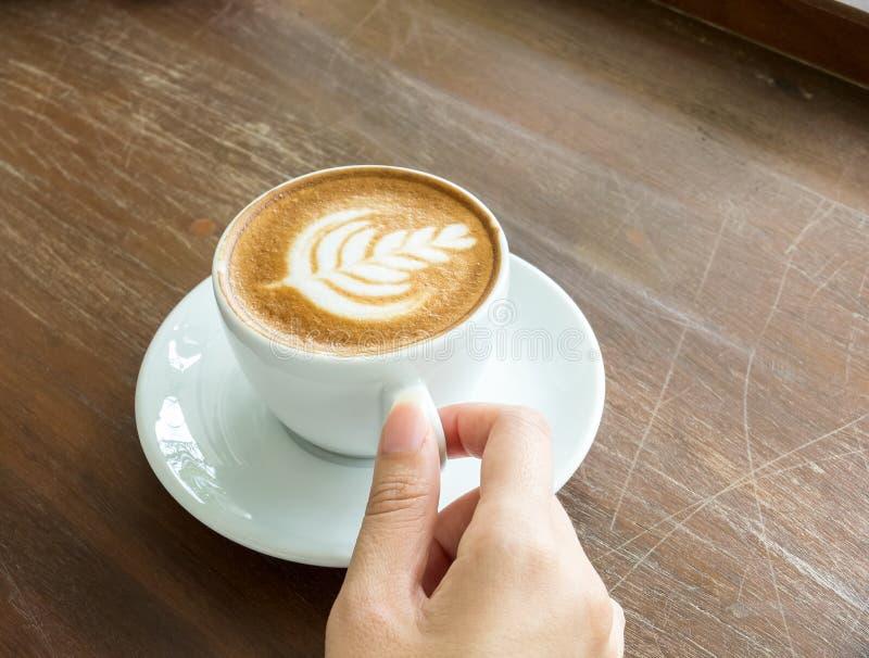 Comece o dia com bom conceito da xícara de café Mão asiática da mulher do negócio da opinião de perspectiva que guarda o copo do  foto de stock