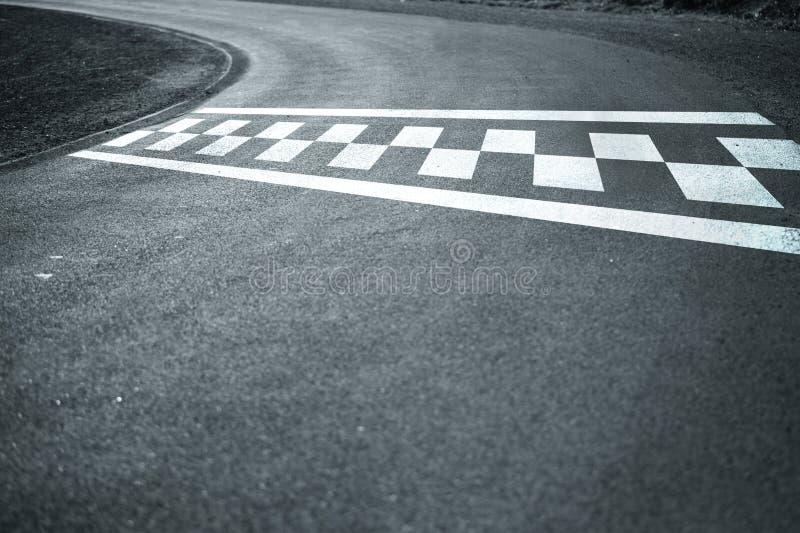 Comece o meta na estrada asfaltada ventosa fotos de stock royalty free