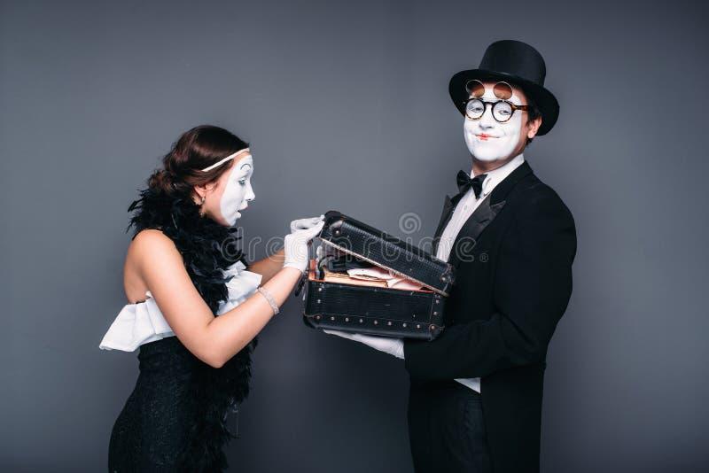 Comedia de los actores de la pantomima que se realiza con el caso imagen de archivo