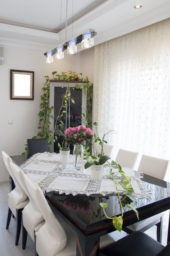 Comedor con la mesa de comedor vacía, tabla de la visión superior fotografía de archivo