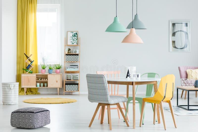 Comedor con las sillas coloridas fotografía de archivo libre de regalías