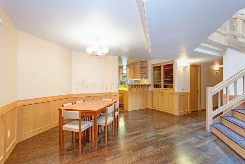 Comedor espacioso con el sistema de madera de la mesa de comedor fotografía de archivo