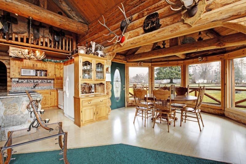 Comedor hermoso en casa de la cabaña de madera fotos de archivo