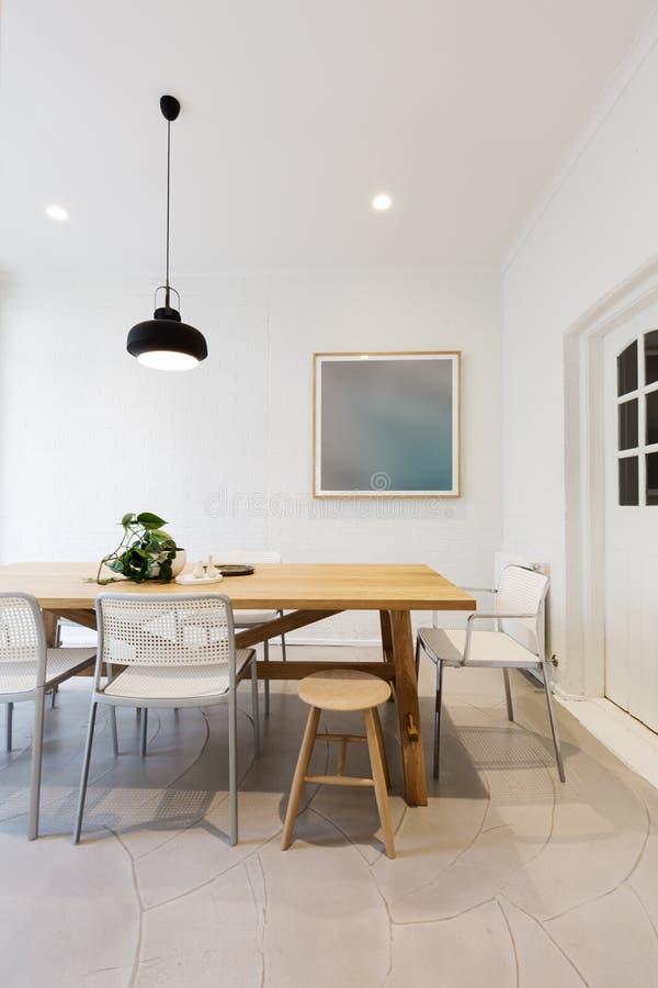 Comedor interior diseñado escandinavo moderno con el lig pendiente fotografía de archivo