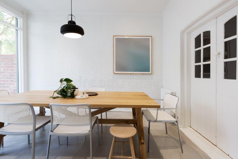 Comedor interior diseñado escandinavo moderno con el lig pendiente foto de archivo