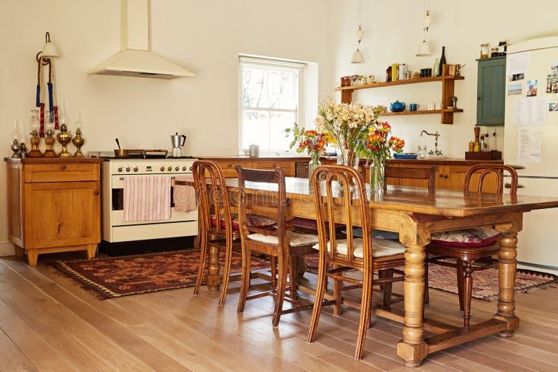 Comedor y cocina en un hogar del estilo rural foto de archivo libre de regalías