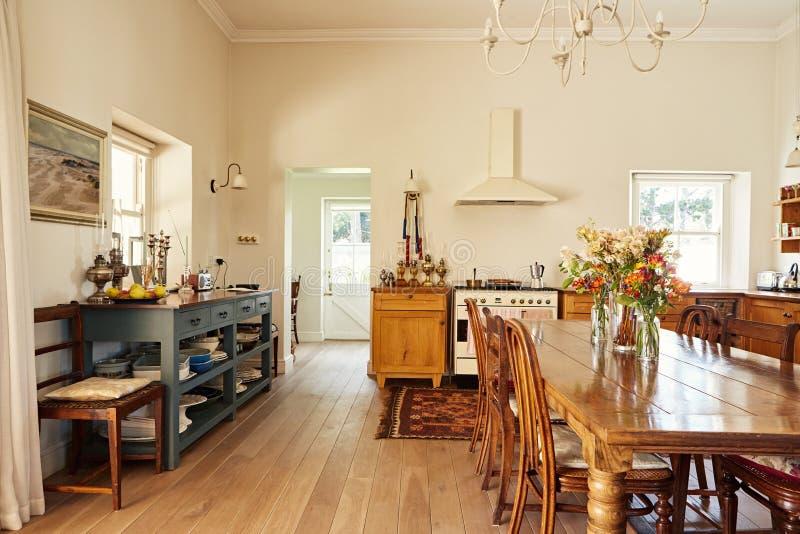 Comedor y cocina en un hogar del país imagen de archivo