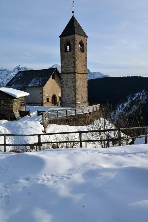 Comelico Superiore, итальянские доломиты Церковь Leonardo Сан стоковое изображение