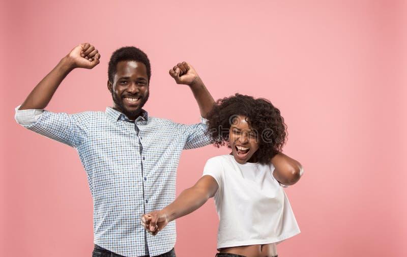 Comemoração ectática feliz de vencimento da mulher do sucesso sendo um vencedor Imagem energética dinâmica do modelo afro fêmea imagem de stock royalty free